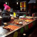 Polnische Grillwürste an einem Stand auf dem Plac Nowy 4