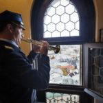 """Der Turmbläser spielt das Signal """"Hejnał"""" in alle vier Himmelsrichtungen"""