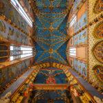 Blick nach oben an die prachtvoll verzierte Decke der Marienkirche