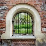 Vergittertes Metallfenster am ältesten jüdischen Friedhof Krakaus