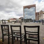 Leere Stühle als Mahnmal auf dem Platz der Ghettohelden