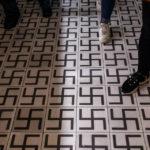 Fußboden mit Hakenkreuzen in der Fabrik von Oskar Schindler