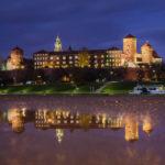 Spiegelung des beleuchteten Krakauer Wawel in der blauen Stunde