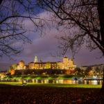Der beleuchtete Krakauer Wawel in der blauen Stunde