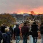 Menschen genießen vom Wawel-Burggelände aus den Sonnenuntergang