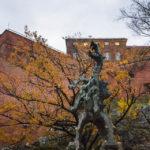 Die Statue des feuerspeienden Drachen vor dem Wawel
