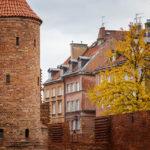 Die Barbakane und alte Stadtmauer in der Altstadt von Warschau