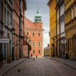 Blick durch eine Gasse auf das Königsschloss in Warschau