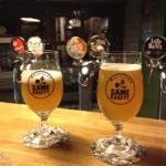 Zwei Gläser mit Craft Beer im Lokal Same Krafty Vis-a-Vis in der Warschauer Altstadt