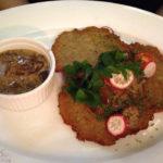 Kartoffelpuffer Placki Ziemniaczane mit Pilzsauce im Restaurant Dawne Smaki in Warschau