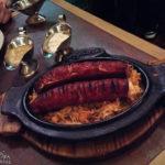 Polnische Grillwurst mit Sauerkraut im Restaurant Zapiecek in Warschau