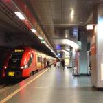 Die S-Bahn S3 auf dem Bahnhof im Flughafen Warschau-Chopin