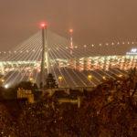Das beleuchtete Nationalstadion PGE Narodowy in Warschau