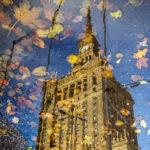 Der Kultur- und Wissenschaftspalast in Warschau spiegelt sich in einer Lacke