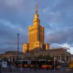 Außenansicht des Kultur- und Wissenschaftspalasts in Warschau während des Sonnenuntergangs