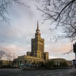 Außenansicht des Kultur- und Wissenschaftspalasts in Warschau nach Sonnenuntergang