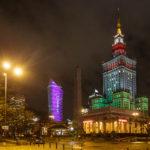 Der in grün, weiß und rot beleuchtete Kultur- und Wissenschaftspalast in Warschau (in Gedenken an die Erdbebenopfer von Italien)