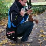 Der Autor und Fotograf dieses Blogs wird im Warschauer Łazienki-Park von einem frechen Eichhörnchen belagert