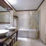 Bad im Doppelzimmer im Mamaison Hotel Le Regina in Warschau