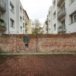Verbliebene Ziegelwand der ehemaligen Warschauer Ghettomauer
