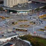 Straßenbahnen und ein Bus, gesehen von der Aussichtsterrasse des Kultur- und Wissenschaftspalast in Warschau