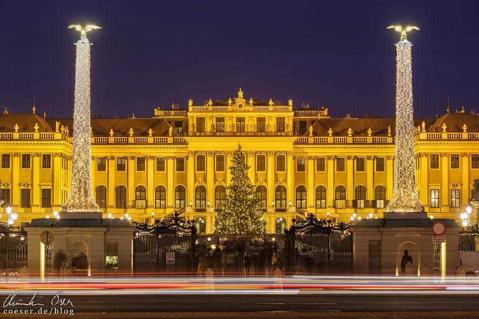 Weihnachtsbeleuchtung vor dem Wiener Schloss Schönbrunn