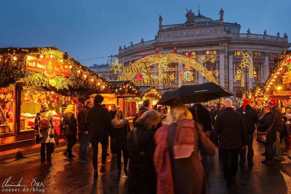 Stände des Christkindlmarkts mit Blick auf das Burgtheater