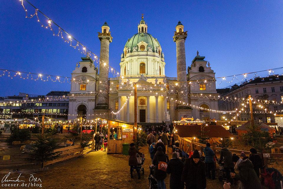 Stimmungsvolle Lichterketten und Stände vor der hell erleuchteten Karlskirche