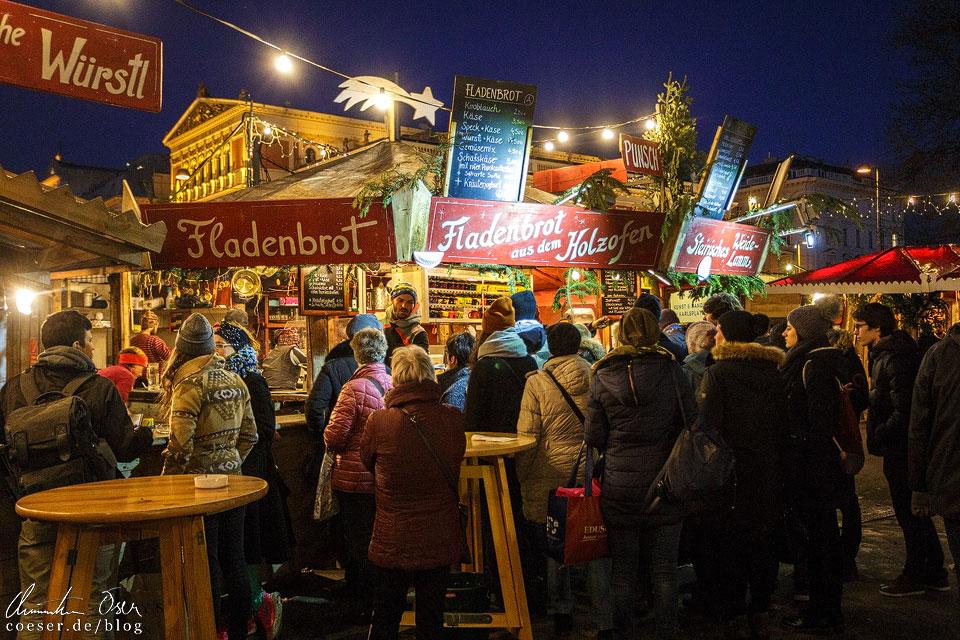Fladenbrot aus dem Holzofen gehört zu den Spezialitäten des Adventmarkts am Karlsplatz