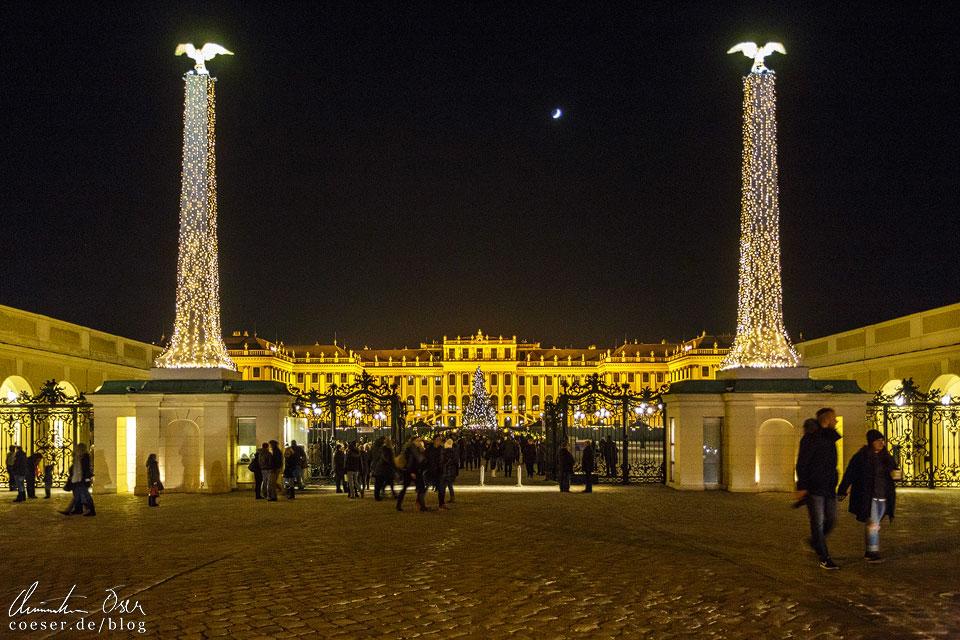 Das Eingangsportal bietet bereits einen herrlichen Blick auf den Weihnachtsmarkt Schönbrunn