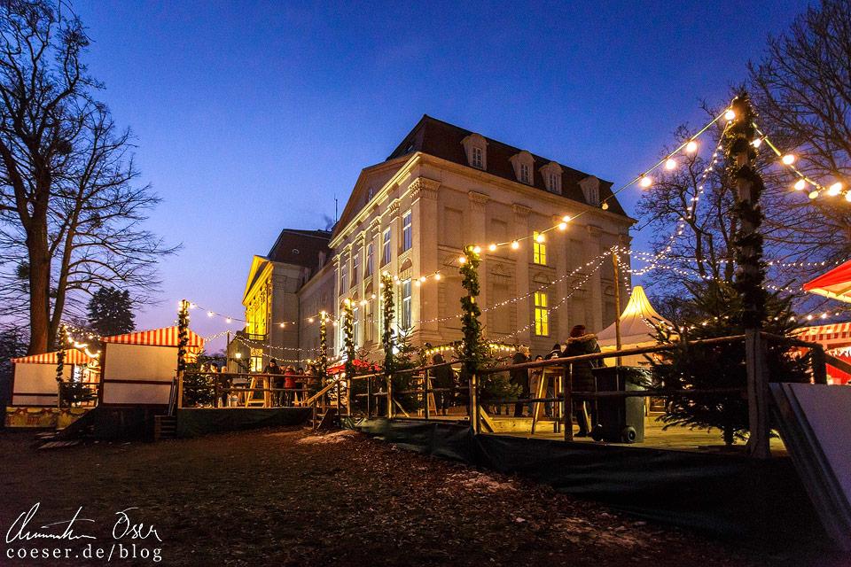 Der Markt liegt links neben dem Schloss Wilhelminenberg, in dem sich ein Hotel befindet