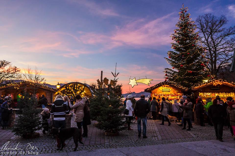 Der Dorfplatz in Strobl mitten im Sonnenuntergang