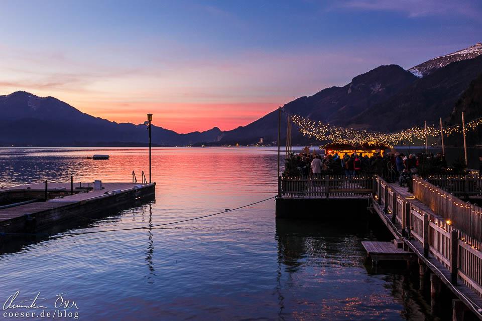 Die schwimmende Punschhütte (rechts) im herrlichen Abendlicht