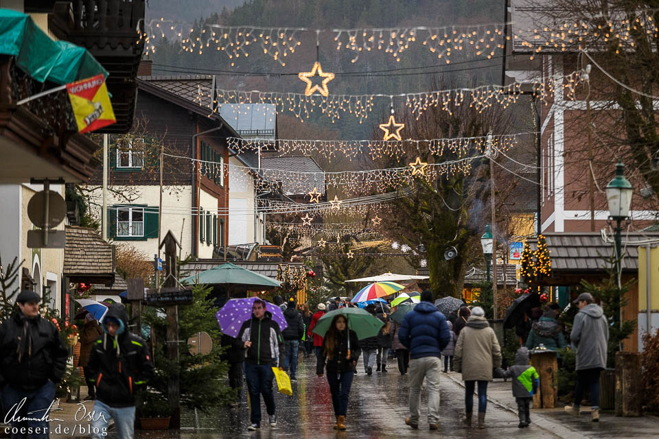 Die beleuchtete Ischlerstraße mit zahlreichen Ständen