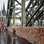 Liebesschlösser an der Hohenzollernbrücke, dahinter der Kölner Dom
