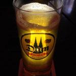 Ein Glas Dom Kölsch während des Kölner Karnevals