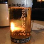 Ein Glas Gülden Kölsch während des Kölner Karnevals