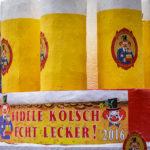 Ein mit Kölsch-Gläsern dekorierter Festwagen während des Kölner Karnevals