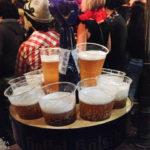 Ein voller Kranz Kölsch während des Kölner Karnevals