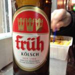 Eine Flasche Früh Kölsch während des Kölner Karnevals