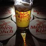 Ein Glas Mühlen Kölsch während des Kölner Karnevals