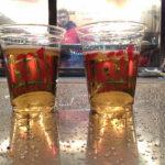 Zwei Becher Früh Kölsch während des Kölner Karnevals