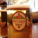 Ein Glas Peters Kölsch während des Kölner Karnevals