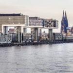 Die Kranhäuser im Rheinauhafen und der Kölner Dom