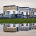 Spiegelung der Kranhäuser im Rheinauhafen