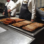 Grillwurststation Am Bollwerk während des Kölner Karnevals