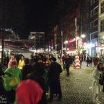 Partystimmung auf dem Alten Markt während des Kölner Karnevals