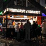 Grillwurststation auf dem Alten Markt während des Kölner Karnevals