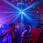 Partystimmung in einem Lokal während des Kölner Karnevals