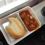Currywurst mit Brötchen als Stärkung